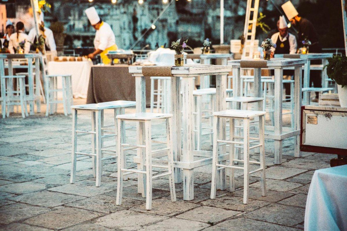 Noleggio di sgabelli alti in legno bianco decapato opera events